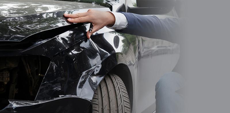 Mężczyzna doglądający stan zewnętrzny samochodu